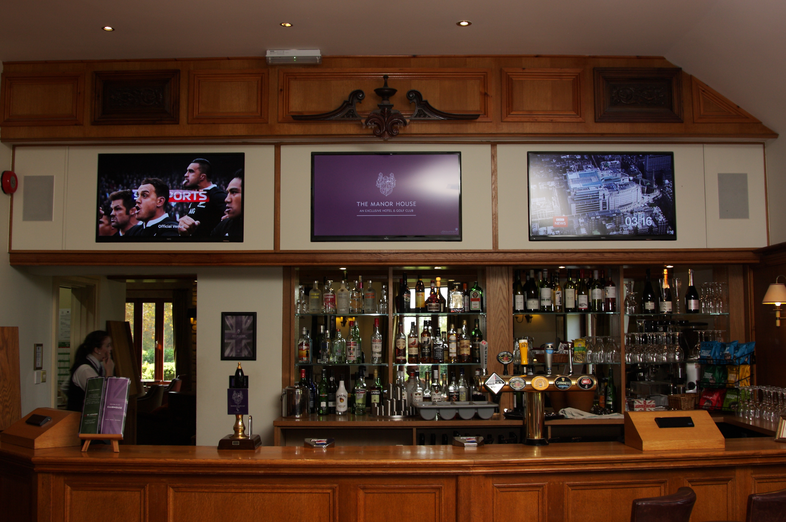 Multi screen solution in a bar